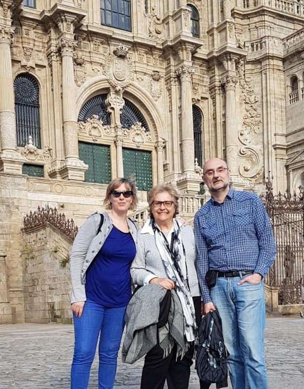 Sonrisas ante la catedral de Santiago de Compostela