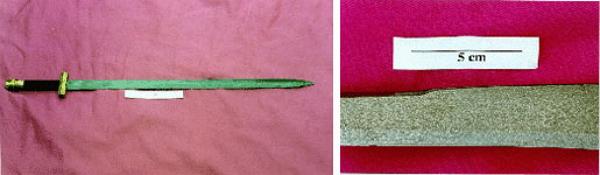 Espada forjada con acero de altas prestaciones y detalle de la misma en el que se aprecia la estructura martensítica.