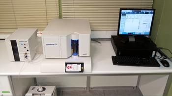 El equipo de Luminex consta de un analizador con tecnología basada en citometría de flujo y un software XPONENT.