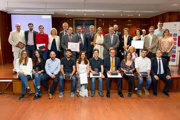 Foto de todos los premiados con los miembros de la mesa presidencial. / Alfredo Matilla.
