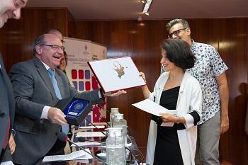 Pingarrón, López Fernández Cao y Segarra sonríen con el dibujo de Peridis. / Alfredo Matilla