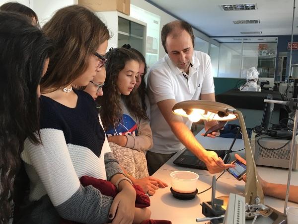 Joaquín López muestra la aplicación móvil de ultrasonidos. / UCM.