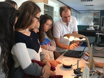 Grupo de alumnas en una actividad de Físicas en la Semana de la Ciencia de la UCM. / UCM.