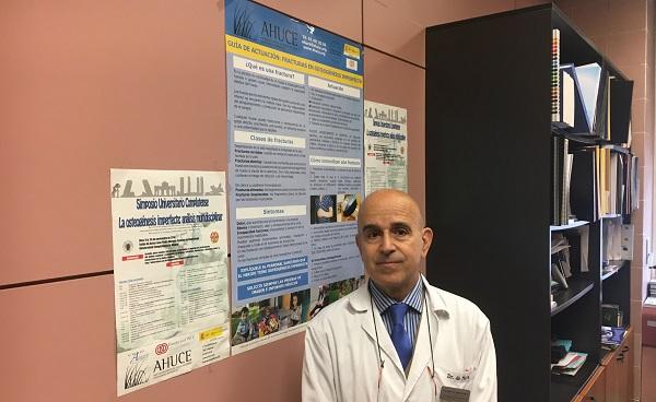 El profesor Joaquín de Nova en su despacho con un póster de AHUCE.  / UCM