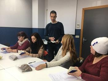 Gustavo les explica a Pilar, Rosana, Mari y Begoña los procedimientos realizados con los perros. / UCM.