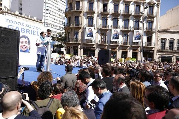 Acto multitudinario en la Puerta Purchena de Almería con los padres de Gabriel. / Ayuntamiento de Almería.