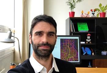 Gustavo Romanillos en su despacho en la facultad de Geografía e Historia de la UCM. / G. R.