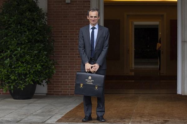 El recién nombrado ministro de Ciencia, Innovación y Universidades, Pedro Duque, con la cartera ministerial. / La Moncloa- Gobierno de España.