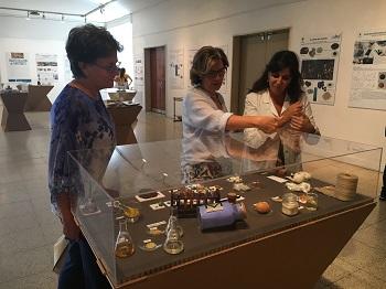 Mercedes Gómez Bautista, vicerrectora de Transferencia del Conocimiento y Emprendimiento; Margarita San Andrés y Ruth Chércoles en la exposición Forenses del Arte. / UCM.