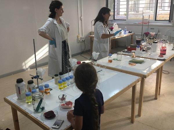 Un niño asiste a un taller de divulgación en la facultad de Bellas Artes. / UCM.