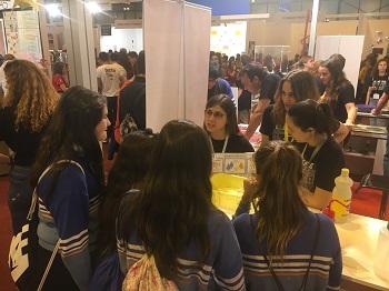 Miranda, Helena, María y Laura escuchan las explicaciones de Ana Mateos sobre hidrofobicidad. / UCM.