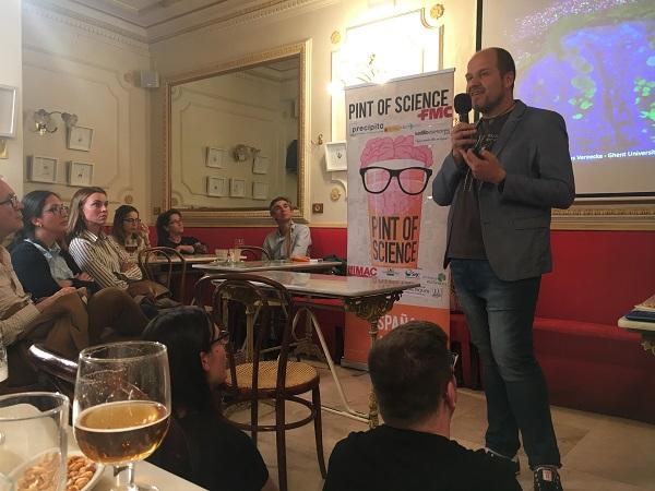 Salvador Iborra en su sesión en el evento Pint of Science de Madrid. / M. Milán.