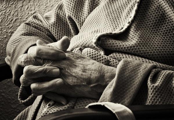Es fundamental evaluar adecuadamente la situación individual, familiar, social e institucional de las personas mayores en residencias. / Walimai.photo