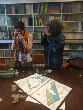 Sonia Campos y Maribel Benito observan las rocas con sus lupas. / M. Milán.