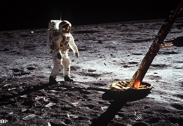 El astronauta Edwin E. Aldrin Jr, camina sobre la superficie de la luna cerca de una pierna del módulo lunar durante la actividad extravehicular (EVA) del Apolo 11. El astronauta Neil A. Armstrong, comandante del Apolo 11, tomó esta fotografía con una cámara de superficie lunar de 70 mm. / NASA.
