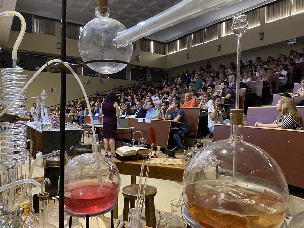 El Aula Magna Alfredo Pérez Rubalcaba acogió la exhibición química. / UCM.