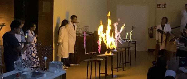 Elementos químicos arden en colores según su configuración electrónica. / UCM.
