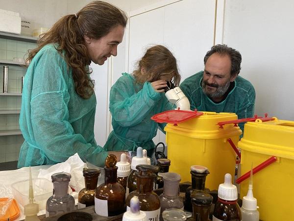 Una familia disfruta de la actividad sobre hongos y alimentos en Biológicas. / María Milán.