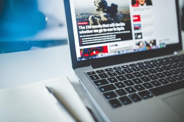 Internet y las redes sociales han fagocitado la explosión de las fake news. / Negative space.