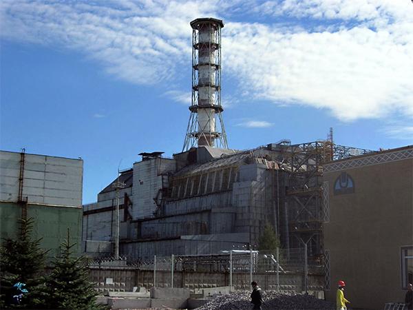"""Estructura de hormigón denominada """"sarcófago"""", diseñada para contener el material radiactivo del núcleo del reactor de Chernóbil. / Carl Montgomery."""