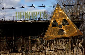 Cartel que alerta del peligro de radiación en Pripyat. / D. Markosian.