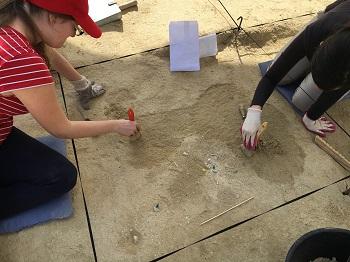 Dos jóvenes trabajan con brocha. / UCM.