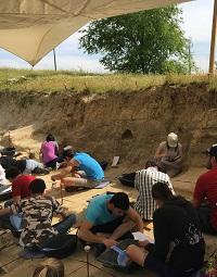 Los alumnos empiezan a excavar. / UCM.