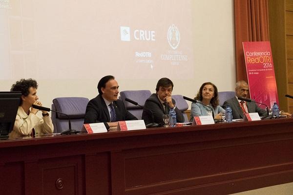 De izquierda a derecha, Regina García Beato, José Carlos Gómez Villamandos, Carlos Andradas, Carmen Vela y José María Torralba en la Conferencia RedOTRI 2016. / Aida Cordero