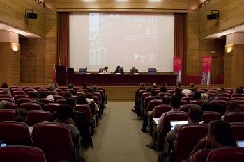 El salón de actos de la facultad de Odontología durante la conferencia. / Aida Cordero