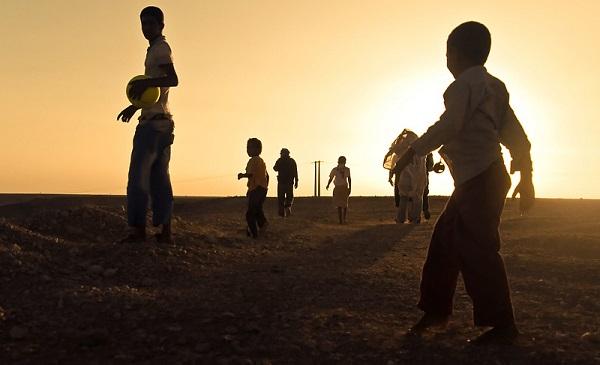 Unos niños juegan a la pelota en un campo de refugiados. / Héctor Pastor Fernández.