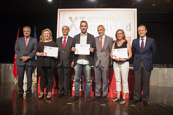 Rosa Mecha, coordinadora de la UCC+i de la OTRI UCM (segunda por la izquierda), recoge el galardón, junto a otros premiados. Autor: UCC+i URJC.