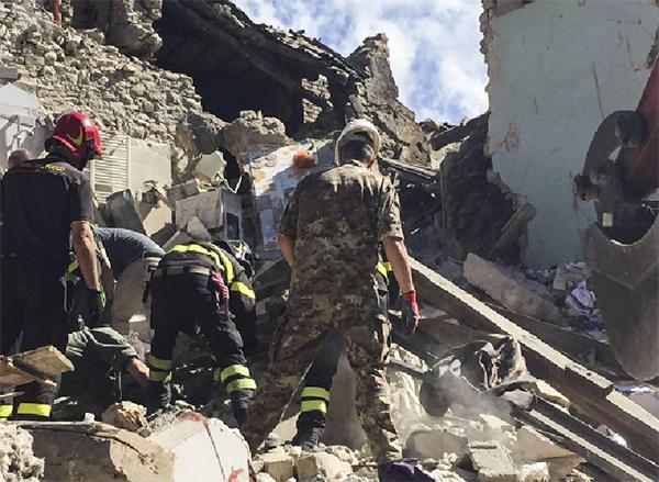 Militares y bomberos, en una de las localidades afectadas por el seísmo. / Ministero della Difesa.