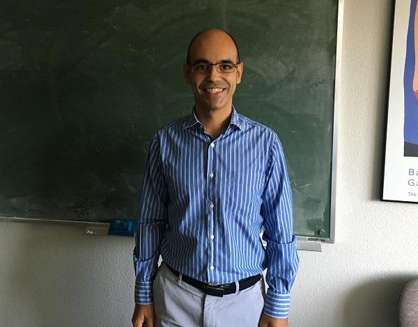 Vicente Muñoz en su despacho de la facultad de Ciencias Matemáticas. / UCM.