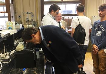El rector se sorprendió como uno más en la actividad sobre biomateriales inteligentes. / UCM.