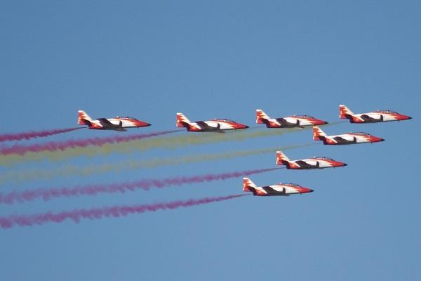 La Patrulla Águila sobrevuela los cielos el 12 de octubre. / Nils van der Burg.