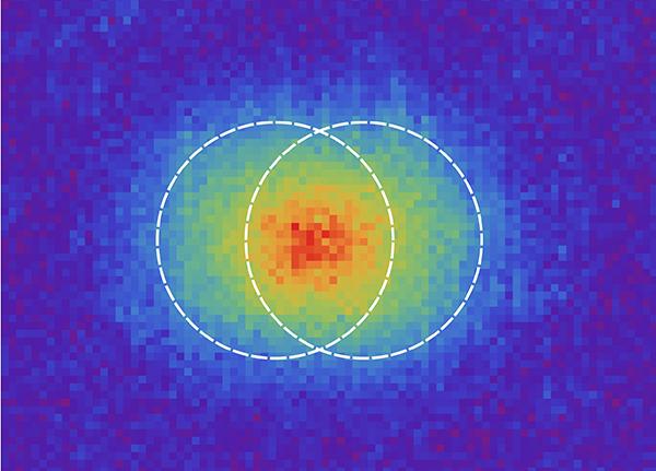 La resolución es la capacidad de un sistema óptico para diferenciar dos puntos muy próximos. En la imagen se muestra el caso de dos puntos resueltos según el criterio de Rayleigh. Para separaciones menores no se podría concluir si se trata de dos puntos o de uno solo. / Martin Paúr – Universidad Palacký.