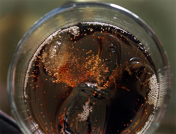 Una lata de bebida azucarada contiene el equivalente a seis cucharadas de azúcar. / Freddie Brown.