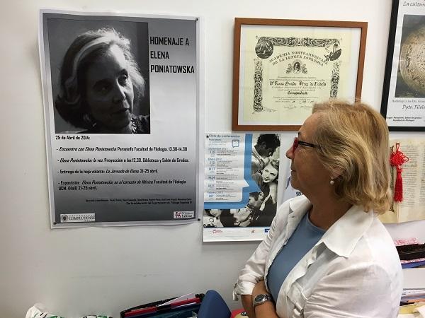 Rocío Oviedo observa un póster de Elena Poniatowska en su despacho. / UCM.
