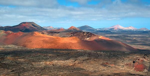 Uno de los volcanes del Parque Nacional de Timanfaya (Lanzarote), con varios conos al fondo. / Luc Viatour.