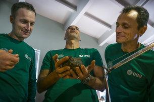 Matthias Maurer, Luca Parmitano y Pedro Duque analizan un meteorito. / ESA.