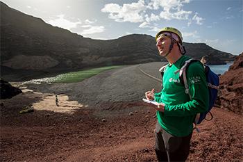 Mattias Maurer, con la Laguna de los Clicos a su izquierda. / ESA-L. Ricci.