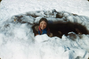 Inuit canadiense en un iglú. / Library and archives Canadá.