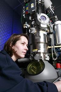 María Varela, junto a un microscopio. / MV.