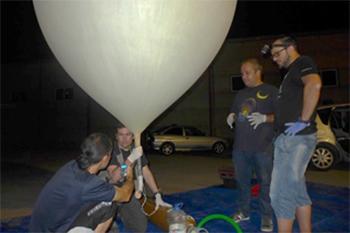 El equipo se prepara para lanzar uno de los globos en la campaña de las Perseidas de 2016. Autor: Daedalus.