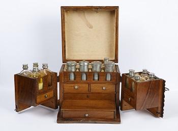 Botiquín con medicinas del siglo XVIII. / Museo Hispano de la Farmacia UCM.