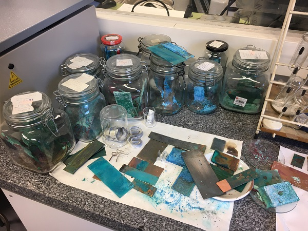 Ensayos de corrosión y de producción de pigmentos históricos en el laboratorio de materiales de la facultad de Bellas Artes. / UCM.