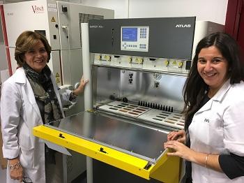 Margarita San Andrés y Ruth Chércoles, junto a la cámara climática que alberga diferentes pigmentos. / UCM.