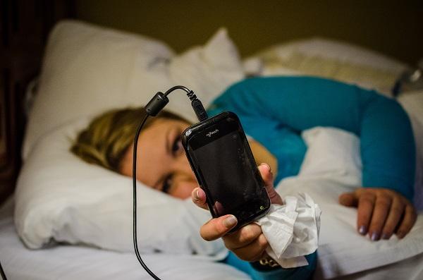 El uso del móvil es problemático cuando impide actividades como dormir. / m01229.
