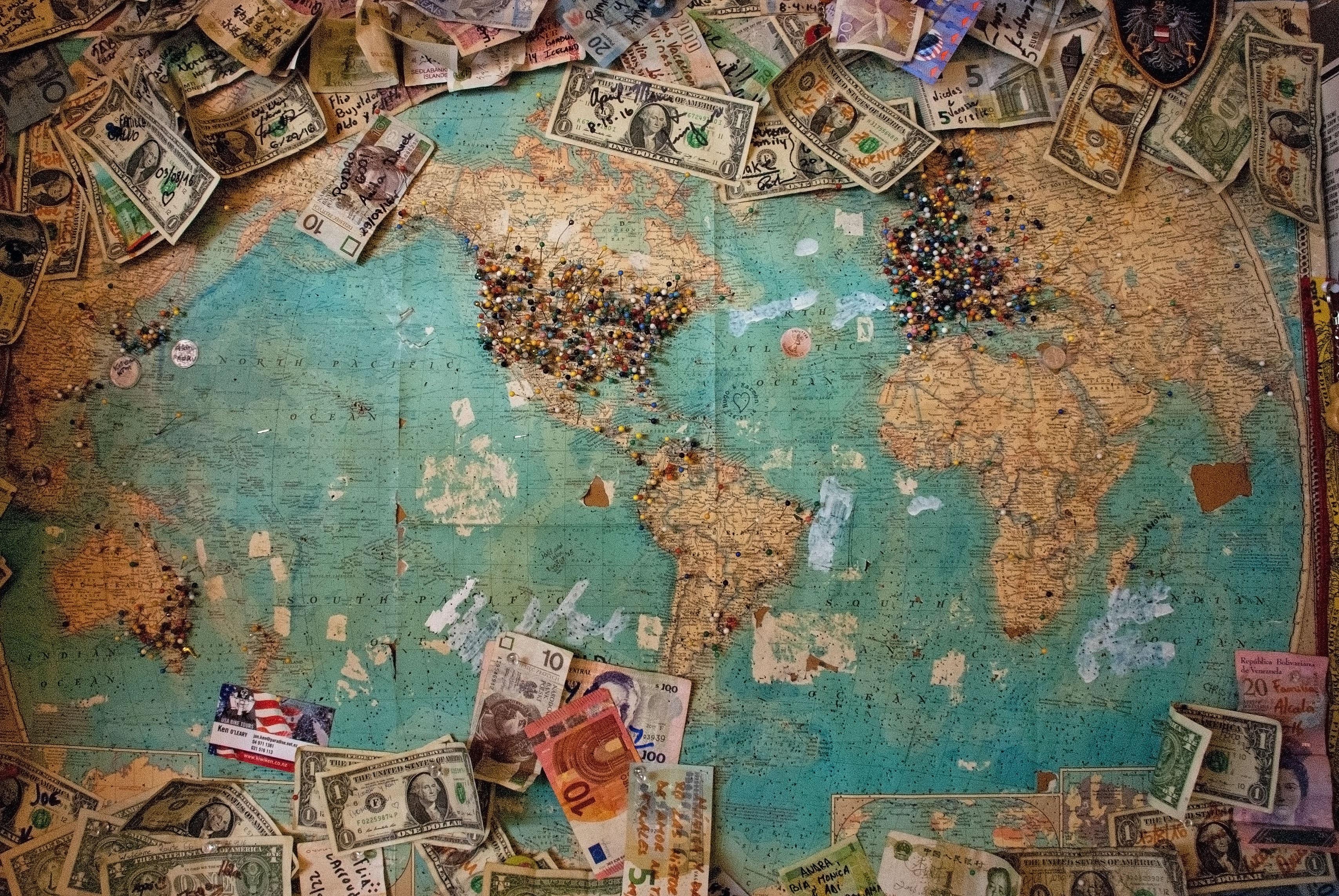 Mapa del mundo con dinero