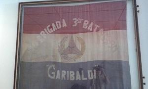 Bandera de la Brigada Garibaldi en la Guerra Civil española conservada en la biblioteca